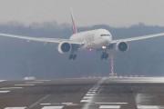 Προσγειώσεις αεροσκαφών που αψηφούν τον δυνατό άνεμο στο αεροδρόμιο του Dusseldorf