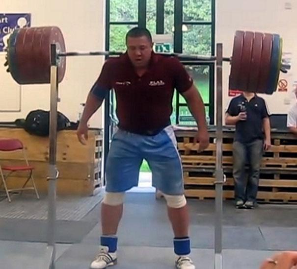 Ρώσος αρσιβαρίστας σηκώνει 290 κιλά χωρίς χέρια