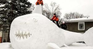 Αδέρφια δημιουργούν τεράστια πλάσματα από χιόνι στην αυλή τους