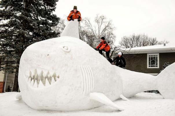 Αδέρφια δημιουργούν τεράστια πλάσματα από χιόνι στην αυλή τους (3)