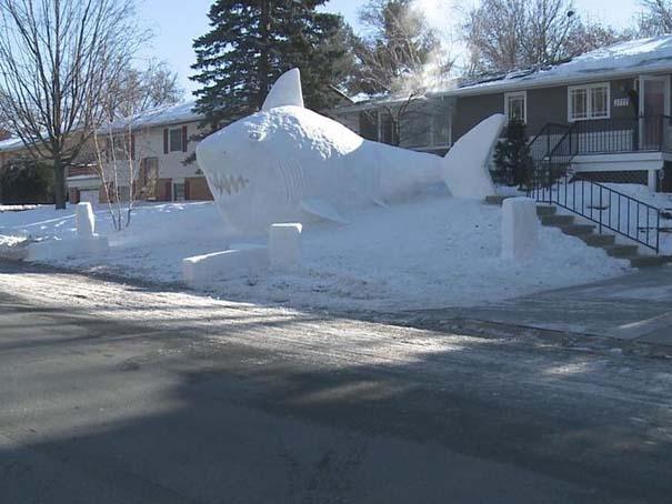 Αδέρφια δημιουργούν τεράστια πλάσματα από χιόνι στην αυλή τους (4)