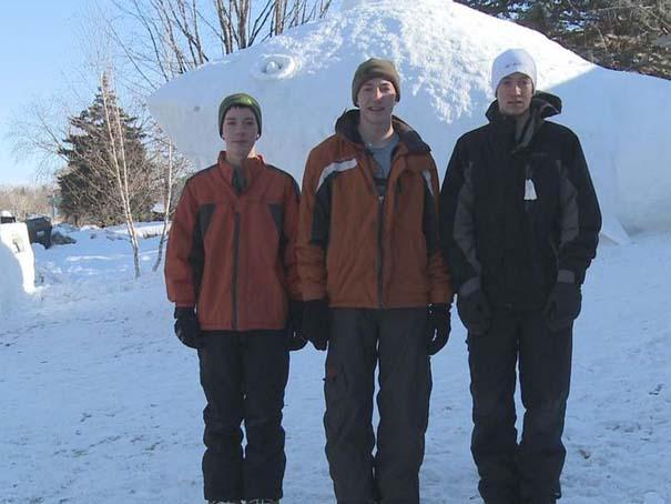 Αδέρφια δημιουργούν τεράστια πλάσματα από χιόνι στην αυλή τους (6)