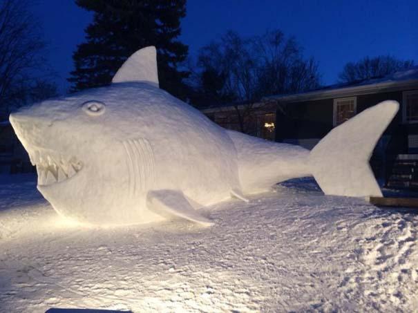 Αδέρφια δημιουργούν τεράστια πλάσματα από χιόνι στην αυλή τους (7)