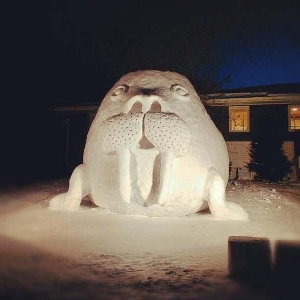 Αδέρφια δημιουργούν τεράστια πλάσματα από χιόνι στην αυλή τους (8)