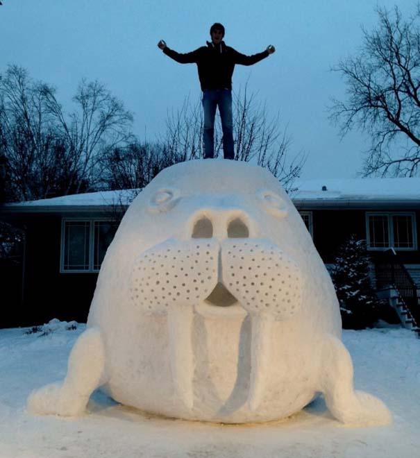 Αδέρφια δημιουργούν τεράστια πλάσματα από χιόνι στην αυλή τους (9)