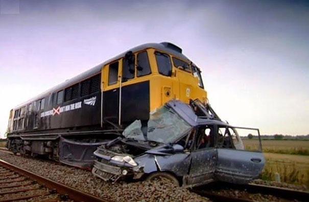 Τρένο συγκρούεται με αυτοκίνητο