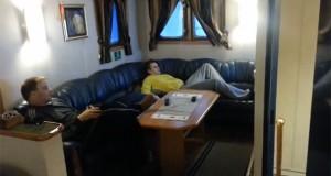 «Χαλαρώνοντας» στον καναπέ ενός πλοίου εν μέσω τρικυμίας (Video)