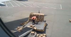 Ίσως ο χειρότερος υπάλληλος αεροδρομίου όλων των εποχών (Video)