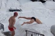 Δυο τύποι πήγαν να κολυμπήσουν στο χιόνι, το μετάνιωσαν την ίδια στιγμή!