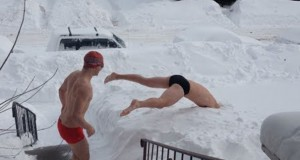 Δυο τύποι πήγαν να κολυμπήσουν στο χιόνι, το μετάνιωσαν την ίδια στιγμή! (Video)
