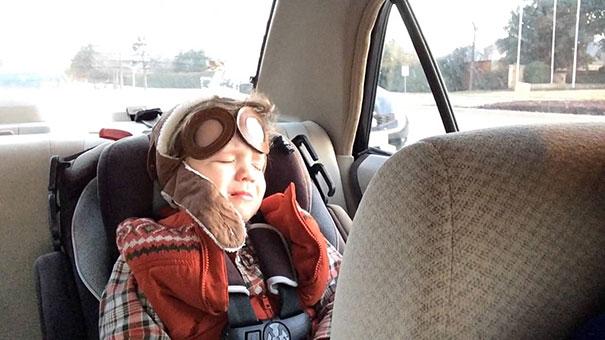 4χρονος συγκινείται και κλαίει με λυπητερό τραγούδι