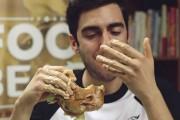 Ο «επιστημονικά» σωστός τρόπος για να φάτε ένα burger