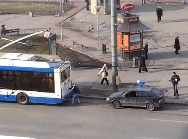 Ήθελε να ρυμουλκήσει το αυτοκίνητο του με ένα λεωφορείο