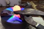 Τι θα συμβεί αν ρίξεις μια καυτή μπάλα νικελίου σε στοίβα από CD's;