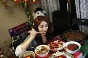 Κερδίζει $9.000 τον μήνα απλά τρώγοντας μπροστά στην κάμερα του υπολογιστή της