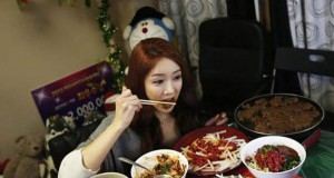 Κερδίζει $9.000 τον μήνα απλά τρώγοντας μπροστά στην κάμερα του υπολογιστή της (Video)