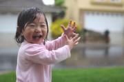 Η μοναδική στιγμή που ένα κοριτσάκι βγαίνει για πρώτη φορά στη βροχή