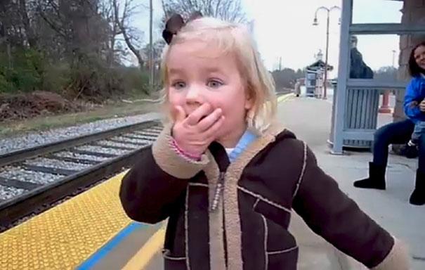 Κοριτσάκι βλέπει τρένο για πρώτη φορά