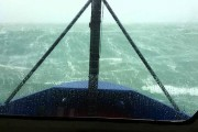 Μικρό πλοίο σε τρομακτική κακοκαιρία με κύματα 17+ μέτρων