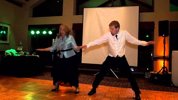 Μητέρα και γιος εκπλήσσουν τους καλεσμένους στο γαμήλιο πάρτι με το χορευτικό τους