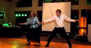 Μητέρα και γιος εκπλήσσουν τους καλεσμένους στο γαμήλιο πάρτι με το χορευτικό τους (Video)