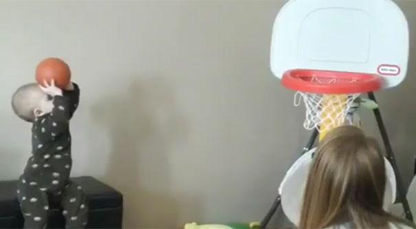 Μπόμπιρας 15 μηνών δεν χάνει ούτε σουτ στο Μπάσκετ