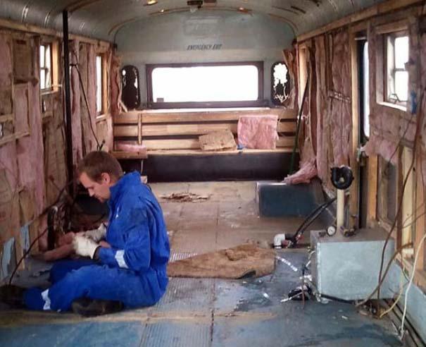 Οικογένεια μετέτρεψε σχολικό λεωφορείο σε σπίτι (3)