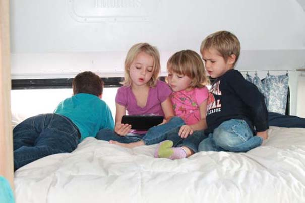 Οικογένεια μετέτρεψε σχολικό λεωφορείο σε σπίτι (14)