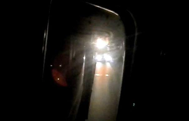 Όταν ο οδηγός του πίσω φορτηγού ακούει τον ίδιο ραδιοφωνικό σταθμό