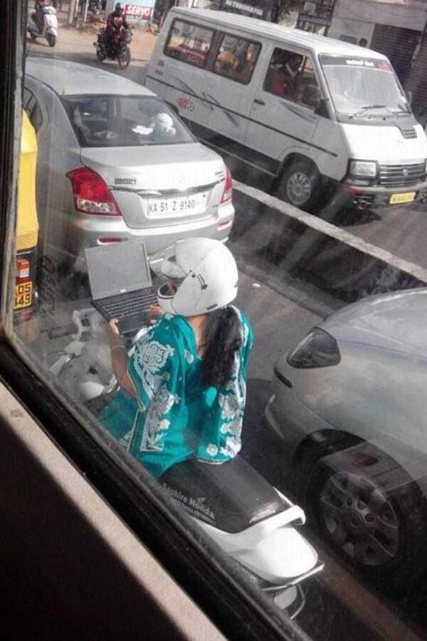 Και μετά λένε πως τα SMS εν ώρα οδήγησης είναι επικίνδυνα | Φωτογραφία της ημέρας