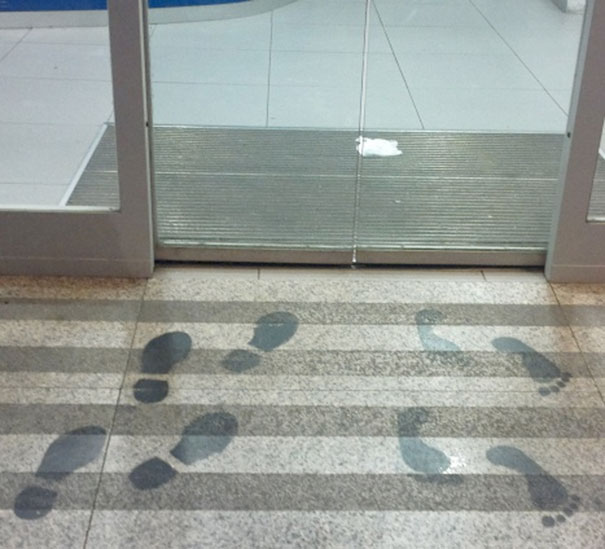 Έξυπνο graffiti στην είσοδο τράπεζας | Φωτογραφία της ημέρας