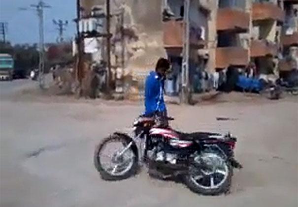 Πήγε να κάνει κόλπα με το μηχανάκι του σε λάθος γειτονιά...