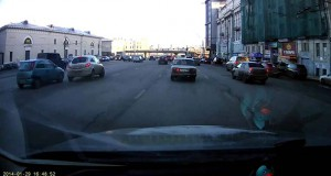 Ρωσίδα οδηγός έκανε -άθελα της- το παρκάρισμα του αιώνα (Video)