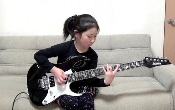 8χρονη μαγεύει με την ηλεκτρική κιθάρα