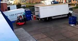 Αυτός ο άνδρας φόρτωνε ψάρια σε φορτηγό μέχρι που τα πράγματα πήγαν ξεκαρδιστικά στραβά (Video)