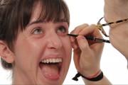 Άνδρες κάνουν το μακιγιάζ στις γυναίκες τους