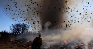 Απίστευτο σπάνιο βίντεο: Ανεμοστρόβιλος σε φλεγόμενη βλάστηση