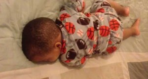 Δείτε την αντίδραση μωρού που κοιμάται όταν ακούει Bruno Mars (Video)