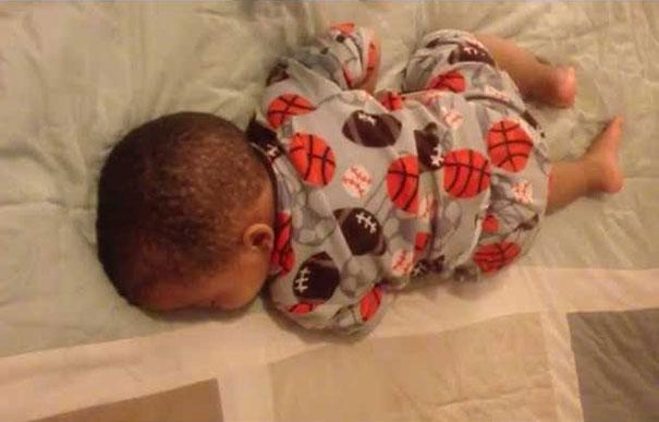 Δείτε την αντίδραση μωρού που κοιμάται όταν ακούει Bruno Mars
