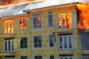 Εγκλωβισμένος στον 5ο όροφο φλεγόμενου κτηρίου σώθηκε κυριολεκτικά την τελευταία στιγμή