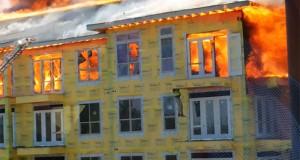 Εγκλωβισμένος στον 5ο όροφο φλεγόμενου κτηρίου σώθηκε κυριολεκτικά την τελευταία στιγμή (Video)