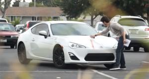Φάρσα – εκδίκηση σε αυτοκίνητο που έχει διπλοπαρκάρει (Video)