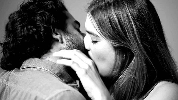 20 άγνωστοι φιλιούνται για πρώτη φορά