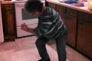 Γιαγιά τρελαίνει τα εγγόνια της χορεύοντας Ice Ice Baby
