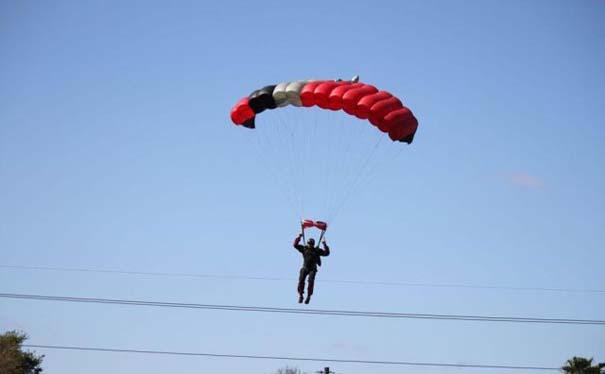 Καρέ καρέ η σύγκρουση ενός skydiver με αεροπλάνο στον αέρα (1)