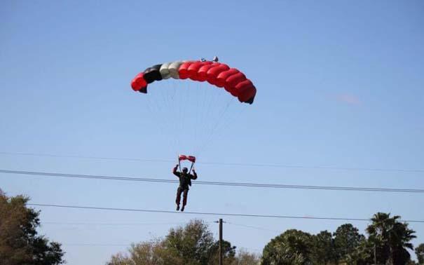 Καρέ καρέ η σύγκρουση ενός skydiver με αεροπλάνο στον αέρα (2)