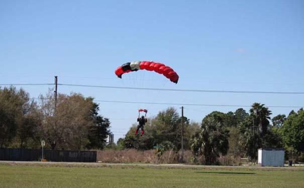 Καρέ καρέ η σύγκρουση ενός skydiver με αεροπλάνο στον αέρα (3)