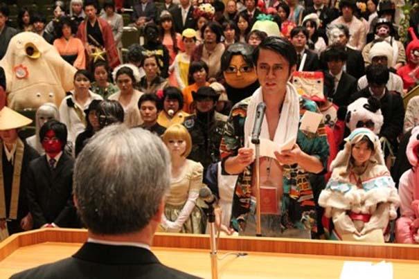 Κολλέγιο στην Ιαπωνία επιτρέπει στους φοιτητές να φορέσουν ό,τι θέλουν στην τελετή αποφοίτησης (2)