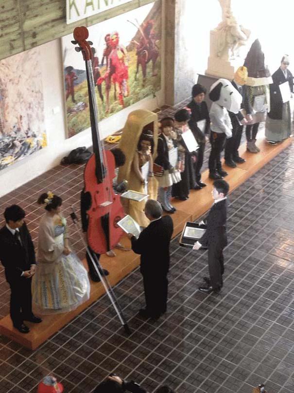 Κολλέγιο στην Ιαπωνία επιτρέπει στους φοιτητές να φορέσουν ό,τι θέλουν στην τελετή αποφοίτησης (7)