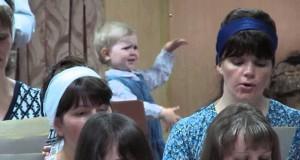 Κοριτσάκι «καθοδηγεί» χορωδία με μέγα πάθος (Video)